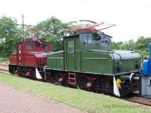 EL4型 / Two EL4 locomotives.