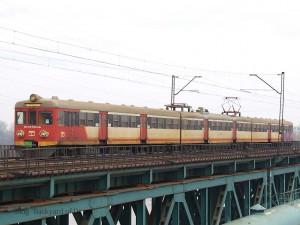 ワルシャワ周辺の近距離電車を運行するSKM(Szybka Kolej Miejska:都市高速鉄道)塗装の電車。現在はSKMでの運用からは退いています。[Warszawa ZOO - Warszawa Gdańska:ワルシャワ・ゾー~ワルシャワ・グダンスカ] / EN57 with SKM(Szybka Kolej Miejska) Warszawa livery. [Warszawa ZOO - Warszawa Gdańska]