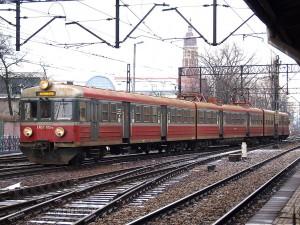 もっとも典型的なEN57。この塗装がPKPの標準色です。ほとんどのEN57は、このように行先表示がLEDに換装されています。[Kraków Główny:クラクフ中央駅] / EN57 with standard PKP livery. Destination sign was changed to LED sign. [Kraków Główny]