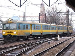 正面二枚窓のEN57。増備末期の54編成がこのスタイルになっています。塗装は旧塗装になっていますが、旧塗装にはオレンジ系のものもあり、どちらが一般的だったのかは不明です。[Kraków Główny:クラクフ中央駅] / EN57 with two front windows and old livery. [Kraków Główny]