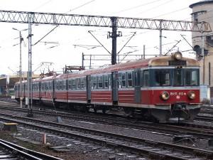 上とほぼ同じですが、前照灯がシールドビームに改造されています。[Kraków Główny:クラクフ中央駅] / EN57 with modernized headlight.