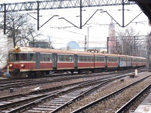 EN57を基本に、編成を4連としたものはEN71という別形式になっています。製造数はEN57の10分の1以下(EN71としての新造車20編成、EN57からの改造車30編成)で、EN57に比べるとずっとマイナーな存在です。リブあり・リブなしの混結編成。[Kraków Główny:クラクフ中央駅] / EN71 with standard PKP livery. The design of EN71 is mostly same as EN57. One motor car is added. [Kraków Główny]