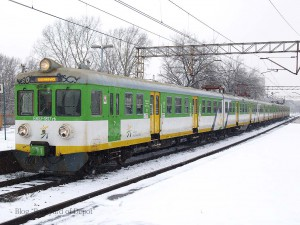 ワルシャワ周辺の中距離電車を運行するKM(Kolej Mazowieckie:マゾフシェ県鉄道)塗装の電車。後期に製造されたグループは側面のリブがありません。ちなみに撮影したワルシャワ・スタディオン駅は2012年に大改装されており、このような写真が現在も撮れるかは不明です。[Warszawa Stadion:ワルシャワ・スタディオン] / EN57 with Kolej Mazowieckie livery. [Warszawa Stadion]