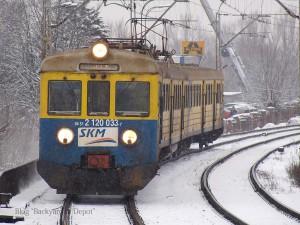 こちらも三連都市高速鉄道カラーですが、ワルシャワ市内の近距離電車を運行するSKMワルシャワに貸し出されていた時の模様(現在はワルシャワでの運行から退いています。三連都市高速鉄道に復帰したのか廃車になったのかは不明)。行先表示がLED化されておらず、ご覧の通り塗装もくたびれており、車内は硬いプラスチックのシートに薄暗い白熱灯の照明で、非常に古臭い雰囲気を漂わせていました。[Warszawa Wschodnia:ワルシャワ西駅] / EN57 with SKM Trójmiesto livery, without LED destination sign. This EN57 run as SKM Warszawa. [Warszawa Wschodnia]