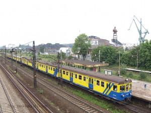 ポーランド北部のグダンスク・ソポト・グディニャを結ぶ近郊電車、三連都市高速鉄道(SKMトロイミアスト)のEN57。写真はリブあり・リブなしの併結編成。[Gdańsk Stocznia:グダンスク・ストチュニア] / EN57 of SKM Trójmiesto livery. [Gdańsk Stocznia]