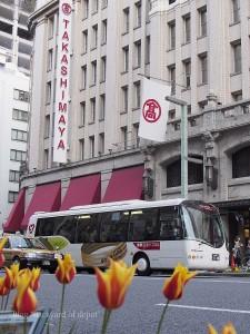 日本橋二丁目停留所に停車中のメトロリンク日本橋 / A hybrid bus at Nihombashi ni-chome stop.