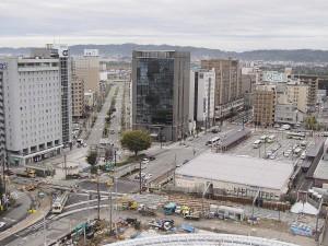 高架下へ市電乗り入れ工事中の富山駅前。デ7000型がやってきました。