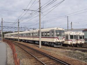 10020型+クハ175の3両編成。