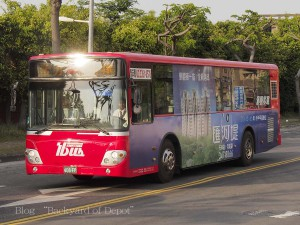168系統のバス。行先表示が高雄のキャッチコピーになっているが、行先との交互表示。凱旋中華にて / Line 168 bus at Kaisyuan Jhonghua. Line 168 runs along planned LRT circular route for the purpose of making the passenger flow along LRT route.