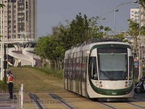 凱旋中華を発車していく電車。信号のある交差点だが、警備員も配置されている / A tram departs from Kaisyuan Jhonghua.