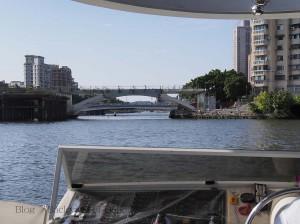 愛河を渡るLRTの橋。遊覧船船上より撮影 / LRT bridge construction across Love river.