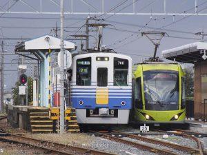 鷲塚針原駅で停車中のF1000型(右)と、えちぜん鉄道7000型 / Fukui railway's F1000-series and Exhizen railway's type 7000 at Washizuka\Haribara station.