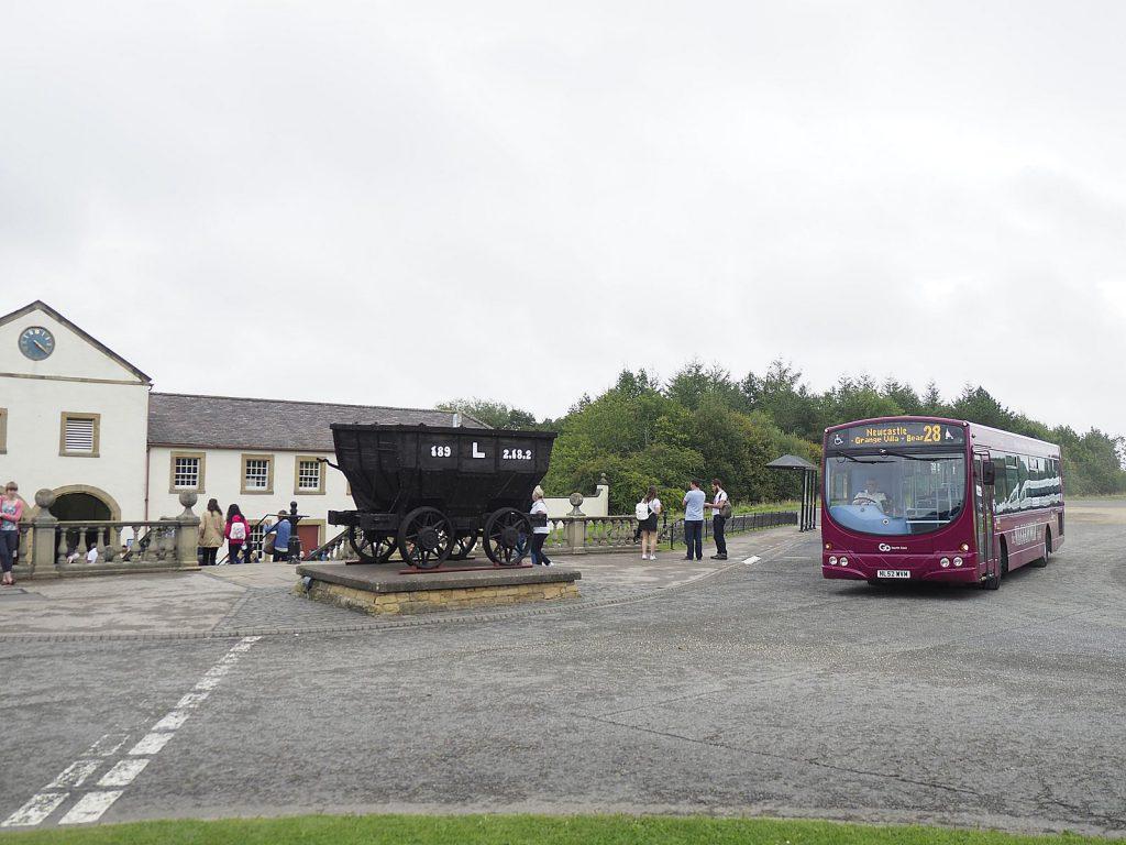 ビーミッシュミュージアムでビーミッシュミュージアム正門前で乗客を降ろし、発車していくChester-le-streetからのバス。