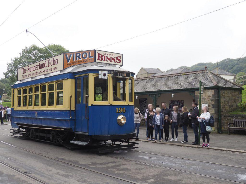 最初に路面電車が登場。