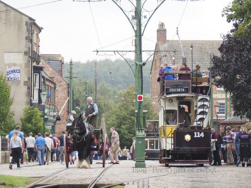 馬車と並走する路面電車。写真の114号はニューカッスル出身、のちにシェフィールドへ渡ってビーミッシュへ。