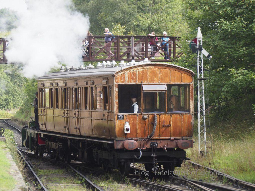 昼休みのため側線へと入換する列車。