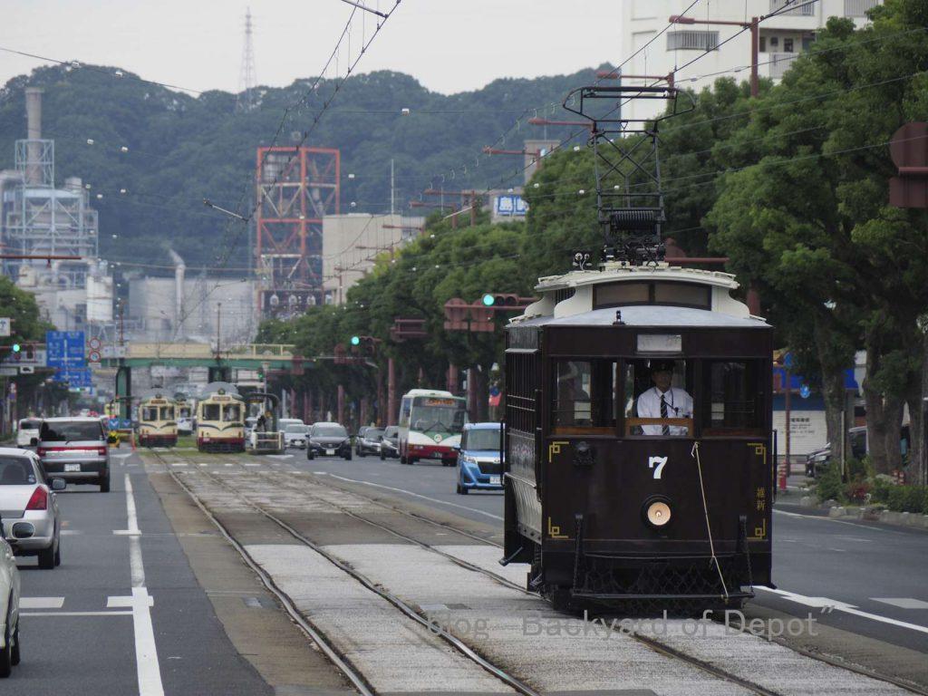 午前中の維新号特別運行。梅ノ辻にて / Tosaden Kōtsū's heritage tram, No.7 at Umenotsuji.