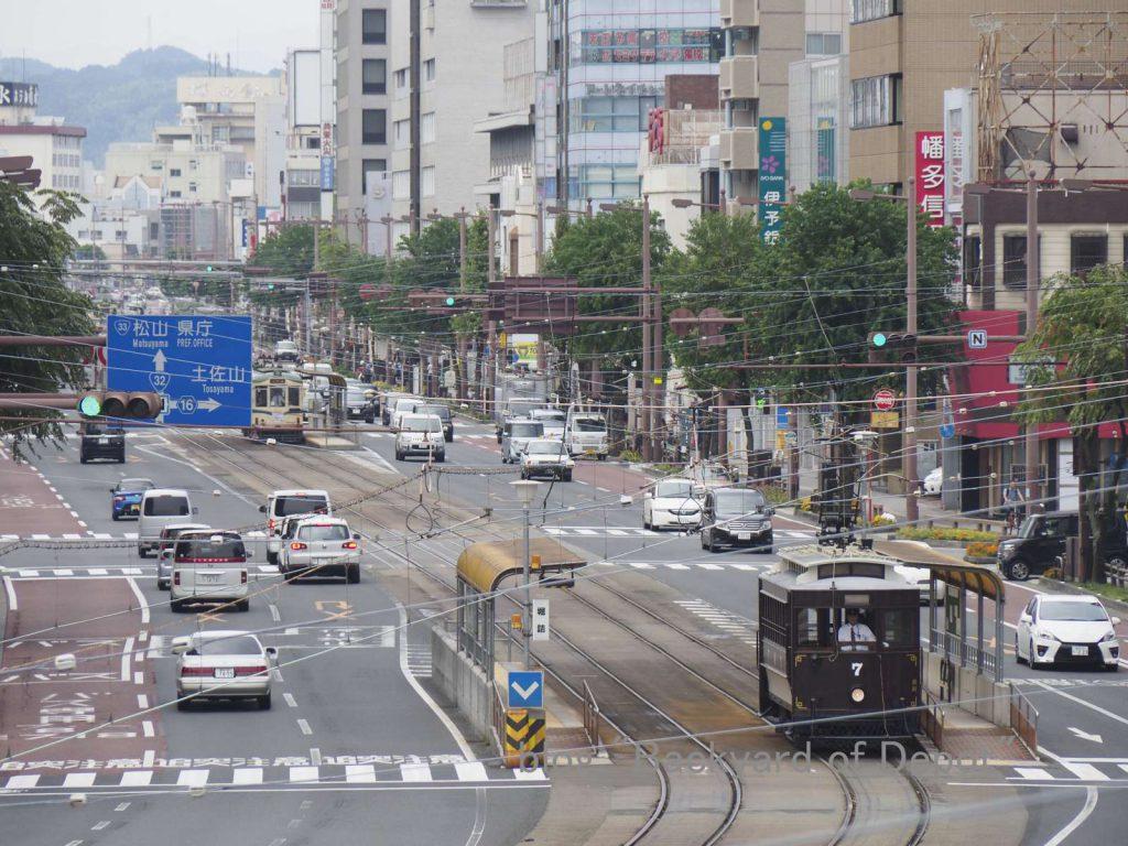 近代的なビル群の間を走る維新号 / Heritage tram runs on modern city.