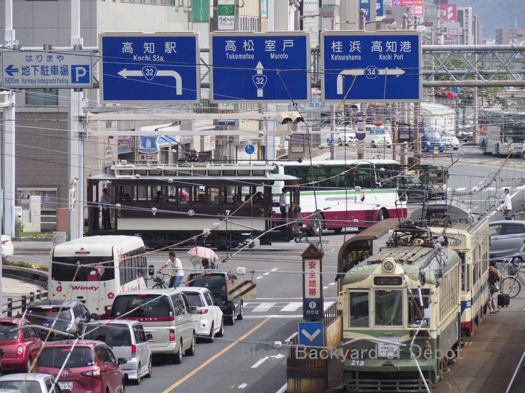 はりまや橋の十字クロスを行く維新号。ツーマン塗装の213号との出会い / No.7 runs over tram crossing at Harimayabashi.
