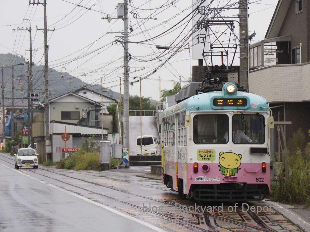 市場前信号場を発車する600形 / Type 600 leaves passing loop near Kamobe stop.