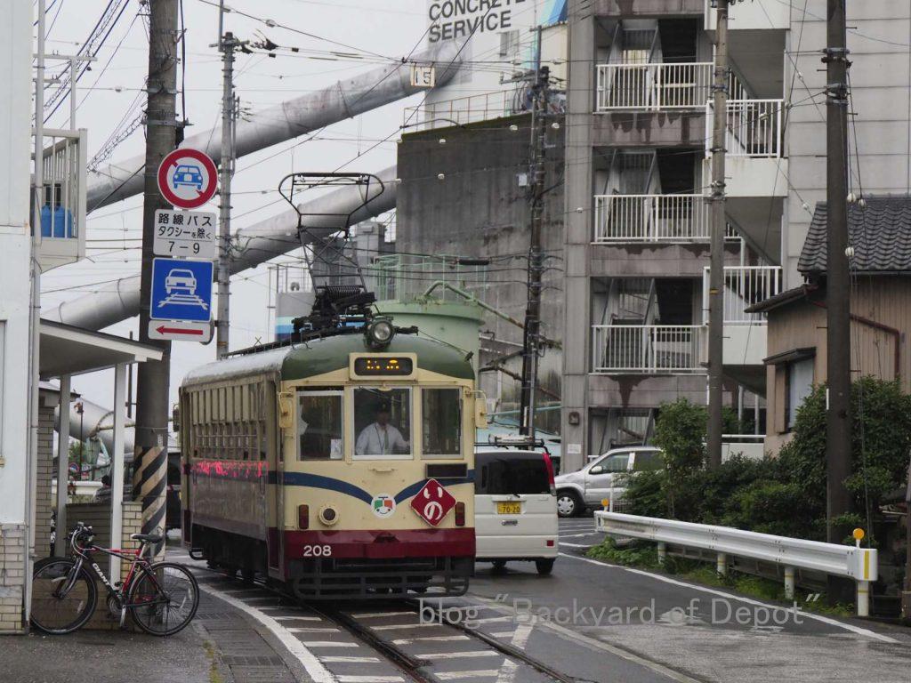 鴨部付近を走る200形 / Type 200 runs near Kamobe stop.