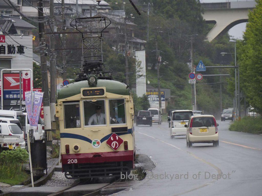 先ほど鴨部で撮影した200形を宇治団地前で再び撮影 / Type 200 at Ujidanchi-mae stop.