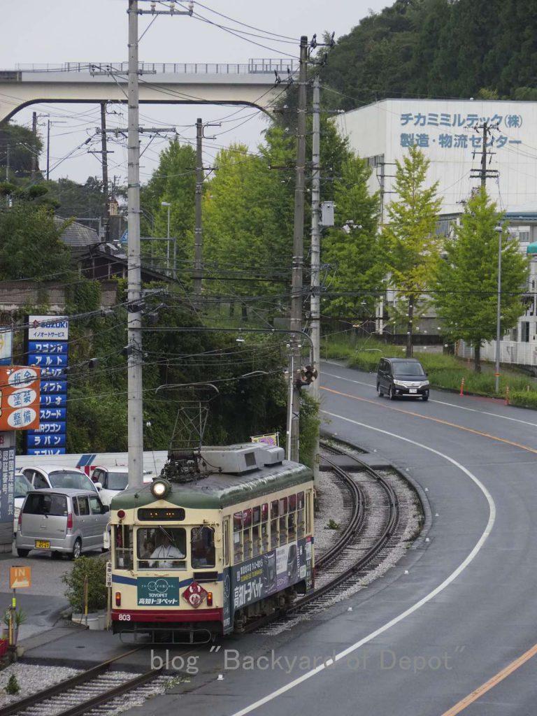 咥内坂を駆け降りる800形 / A type 800 runs on downhill. Taken at Uji-danchi-mae.