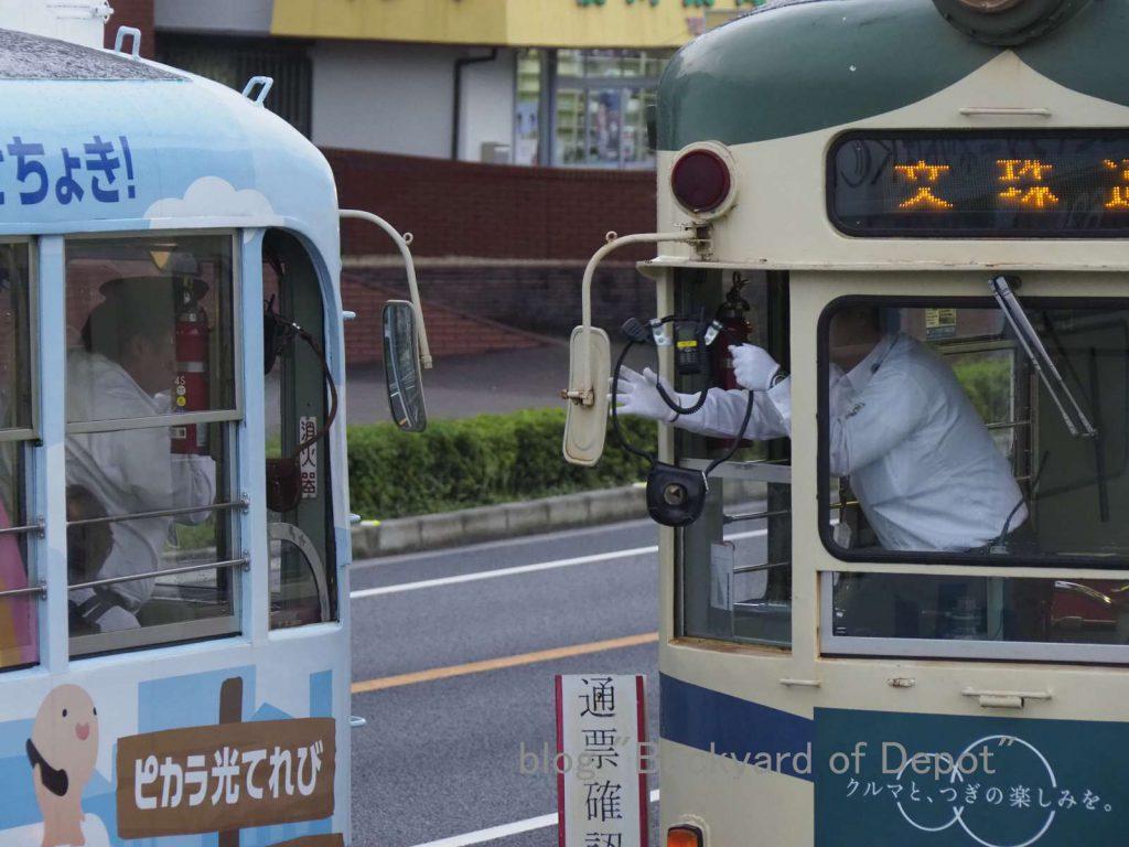 中山信号場でのタブレット交換 / Tablet exchanging at passing loop near Yashiro-dōri stop.