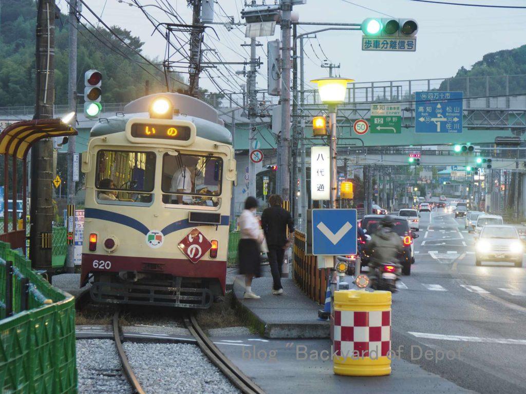 八代通電停で客扱いする電車 / Type 600 at Yashiro-dōri stop.